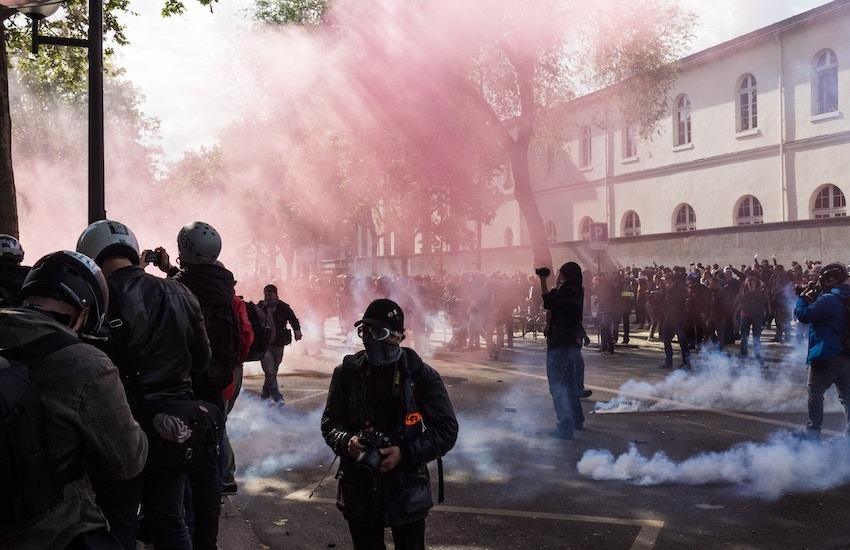 Evita interponerte entre los miembros de la fuerza pública y los manifestantes. Foto: unplash.com.