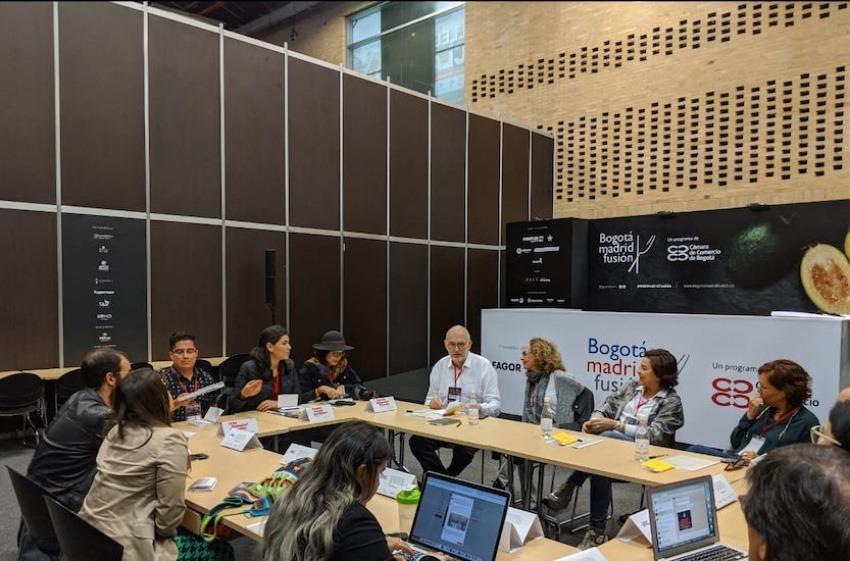 Ignacio Medina, María De Michelis, Julia Pérez y Leonor Espinosa con los participantes del seminario Periodismo Gastronómico. Foto: Jaime Beltrán.