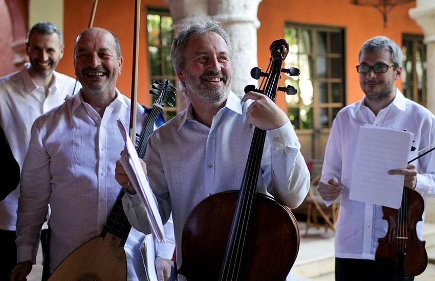 Mario Brunello, Chelista italiano, y sus músicos antes del concierto en el Hotel Santa Clara . Festival Internacional de Música Clásica. Archivo FNPI