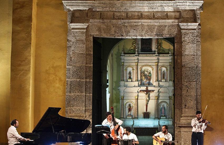 Concierto de Diego Shissi en la Plaza de la Trinidad. Joaquín Sarmiento/Archivo FNPI