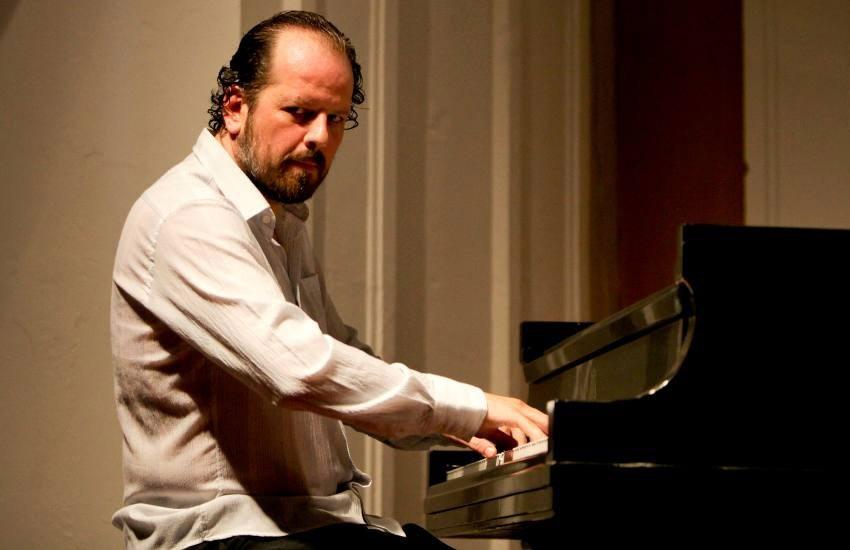 Diego Shissi, músico argentino, durante el concierto en el Claustro La Merced, Cartagena. Joaquín Sarmiento/Archivo FNPI