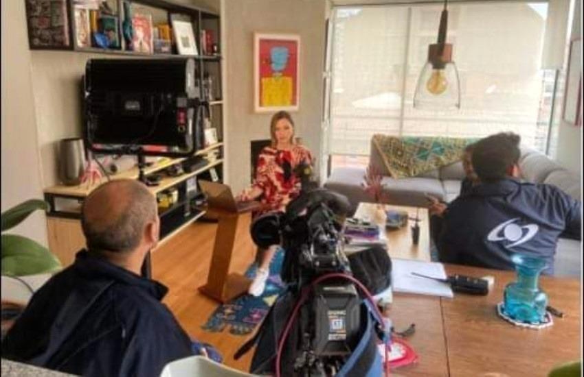 La fotografía de una presentadora de TV transmitiendo desde su casa que causó polémica en Colombia.