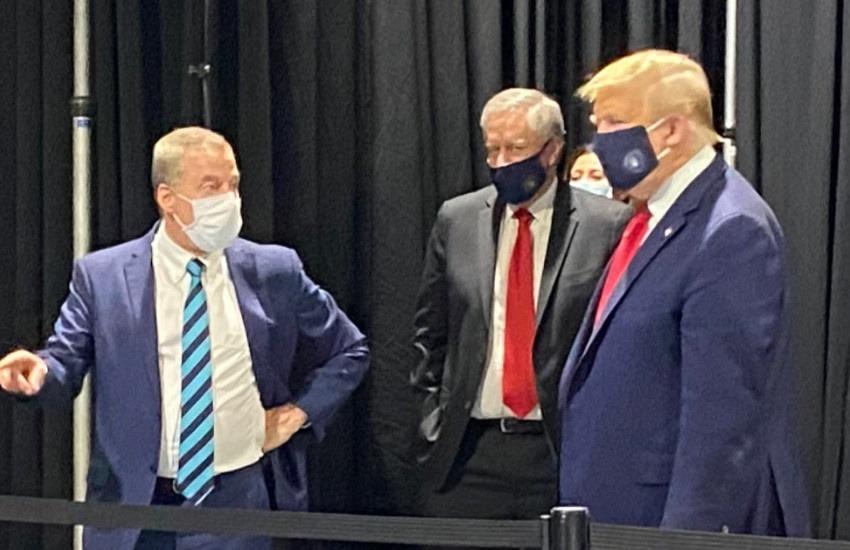 Donald Trump durante una visita a la fábrica de Ford el 21 de mayo de 2020. Fotografía: @williamlegate en Twitter.