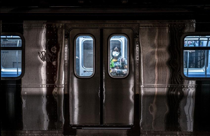 Pasajera del metro de Nueva York mira desde el interior de un vagón. Fotografía por Juan Arredondo.