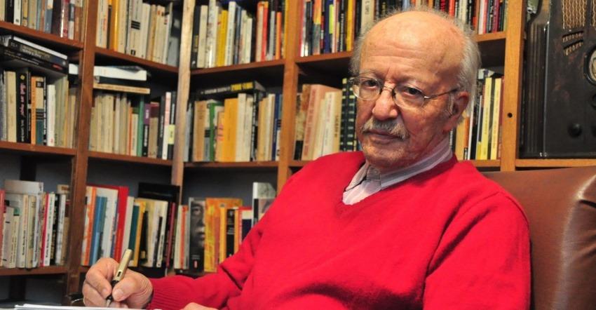 Javier Darío Restrepo en su biblioteca. Fotografía: Archivo Fundación Gabo.