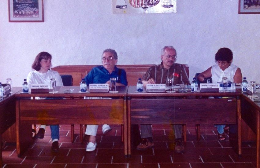 Javier Darío Restrepo (centro a la derecha) junto a Gabriel García Márquez (centro a la izquierdaa) en el taller de ética periodística, en 1995. Foto: Archivo fotográfico Fundación Gabo.