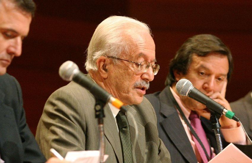 Javier Darío Restrepo durante la conferencia '¿Hacia dónde va el periodismo?'. Foto: Archivo fotográfico Fundación Gabo.