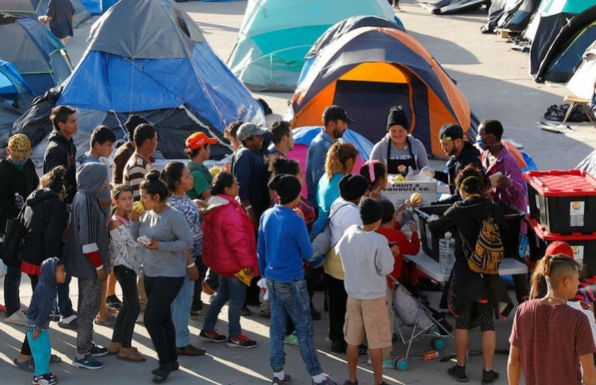 Solicitantes de asilo hacen cola en el refugio del El Barretal en la ciudad fronteriza mexicana de Tijuana. Foto: ACNUR/Daniel Dreifuss.