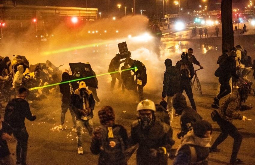 Enfrentamiento en el Portal Las Américas el día 24 del paro nacional de 2021 | Stephen Ferry.