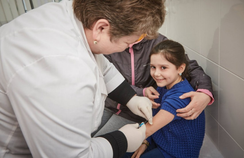 Niña sonríe antes de ser vacunada en Ucrania | Fotografía: Unicef en Flickr. Usada bajo licencia Creative Commons.