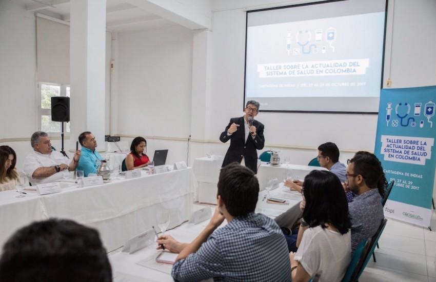 Carlos Francisco Fernández dirige el Taller sobre la actualidad del sistema de salud en Colombia. Foto: Rafael Bossio.