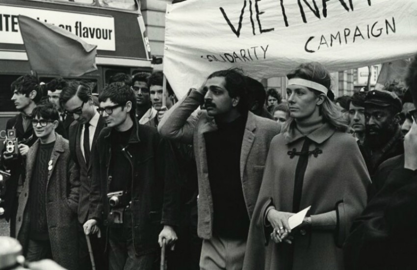 ¿Aparece Stephen Hawking en esta marcha contra la guerra de Vietnam en 1968?... ¡Responde nuestro quiz de noticias!