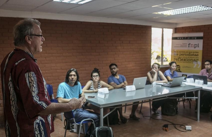 Jon Lee Anderson dirigiendo un taller en Cartagena. Foto: Joaquín Sarmiento / FNPI.