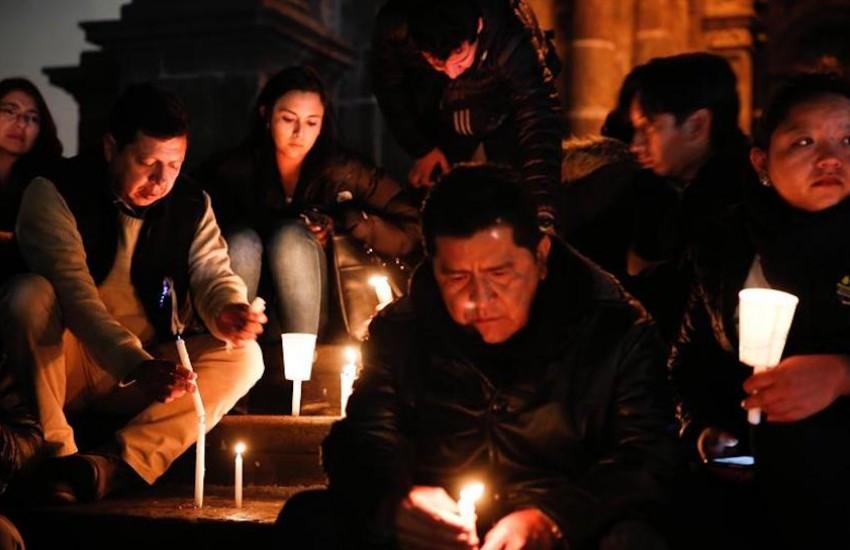 Un grupo de personas sostiene velas durante una vigilia en homenaje a los periodistas del diario El Comercio, secuestrados y asesinados en Ecuador. Foto: Confidencial | EFE