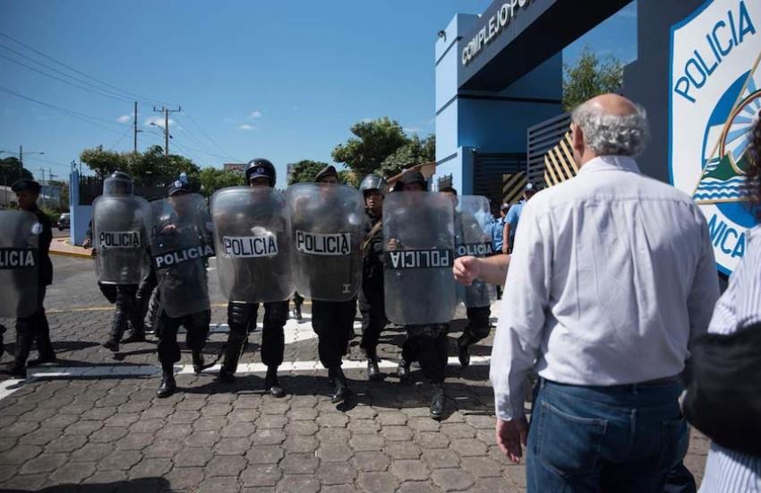 Antimotines agredieron a Carlos Fernando Chamorro y otros periodistas nacionales y extranjeros en la entrada de Plaza El Sol en Managua: Foto: Cortesía / Confidencial.