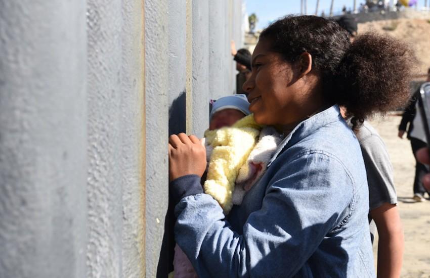 Migrantes en la frontera México-Estados Unidos. Foto: Daniel Arauz (utilizada bajo licencia Creative Commons).