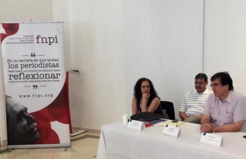 Francisca Skoknic, Ernest R. Sotomayor, maestros del curso, con Jaime Abello Banfi (derecha), director general de la FNPI.