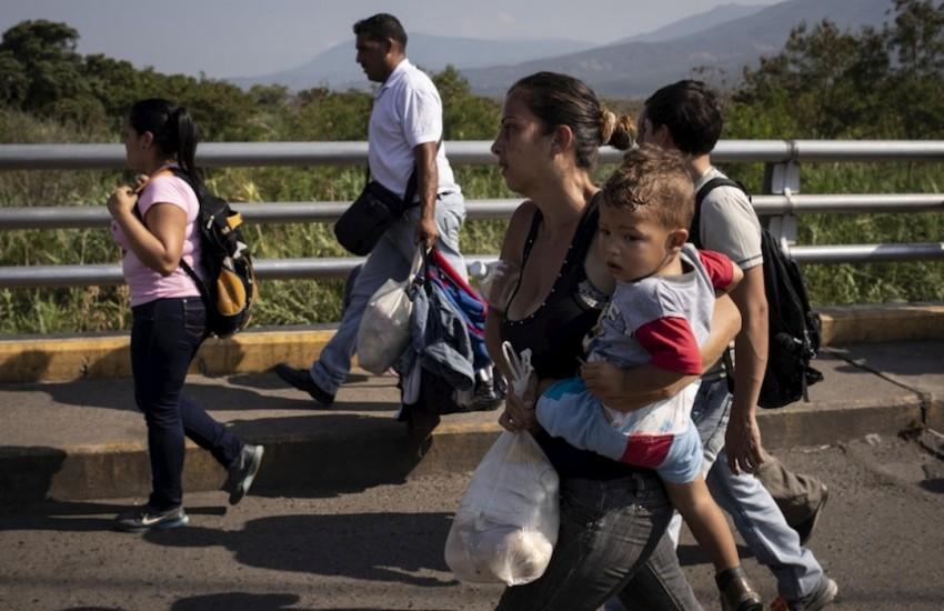Migrantes venezolanos cruzando el puente Simón Bolívar hacia Cúcuta, Colombia. Foto: Siegfried Modola / ACNUR.