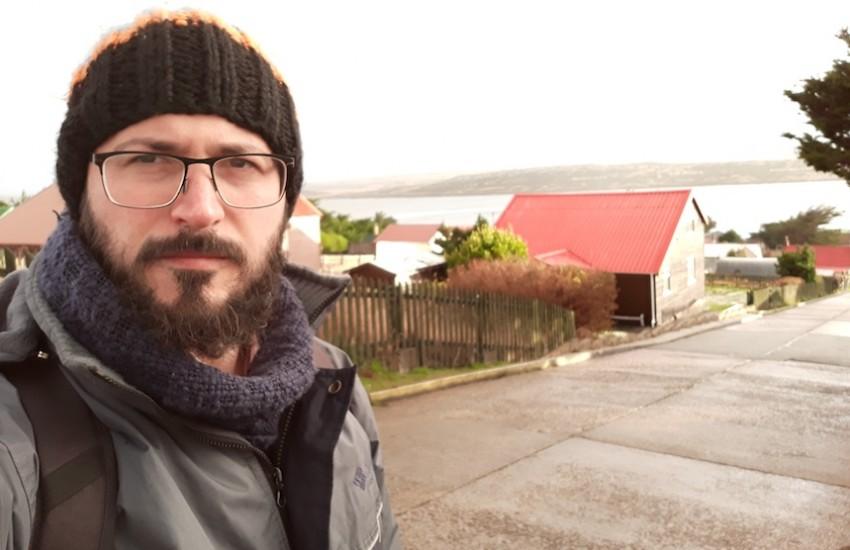 Ernesto Picco durante una visita a islas Malvinas.