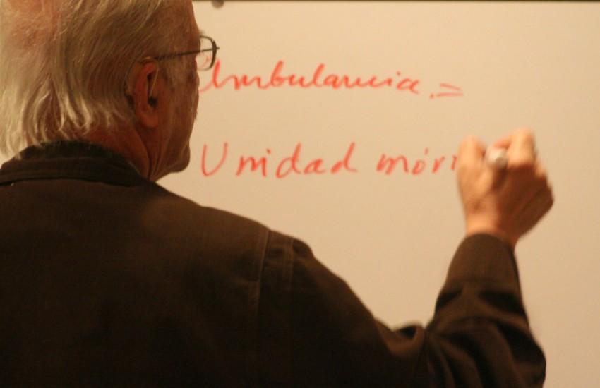 Javier Darío Restrepo durante uno de sus talleres sobre ética periodística. Fotografía: Programa Prende en Flickr. Usada bajo licencia Creative Commons.