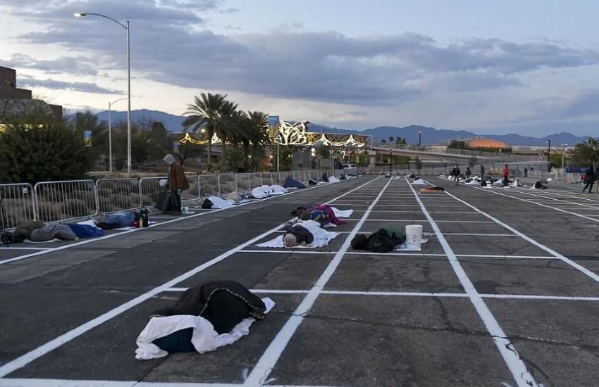 ¿Es cierto que así duermen las personas sin hogar en un estacioamiento de Las Vegas por el coronavirus?... ¡Responde nuestro quiz de noticias!