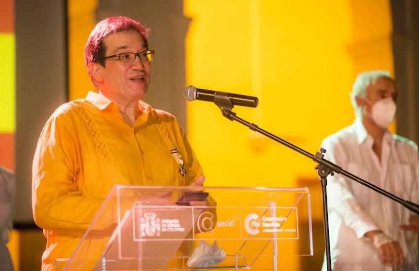 Jaime Abello Banfi tras recibir la Orden de Isabel la Católica. Foto: Rafael Bossio / Fundación Gabo.