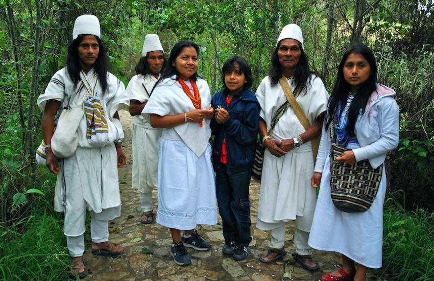 Indígenas arhuacos. Foto: Aris Gionis. Usada con licencia de Creative Commons.
